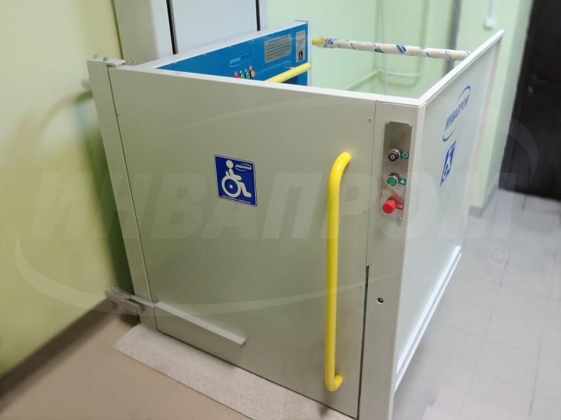 Электрический пандус для инвалидов в подъезде